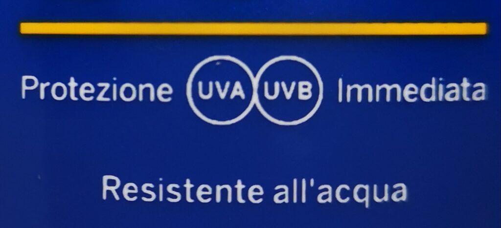 immagine del bollino riportante la scritta UVA e UBV in un cerchio su una confezione di crema solare
